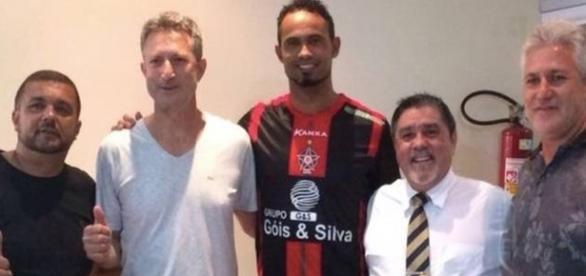 Na foto mostra o goleiro depois de uma reunião com a equipe do Boa.