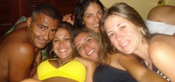 Romário acompanhado de quatro belas mulheres