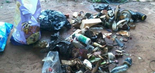 Parte do lixo retirado do lago; ao todo foram 8 sacos de 25 quilos