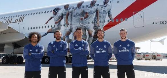 CR7 et ses coéquipiers posent devant le nouvel A380 du club.