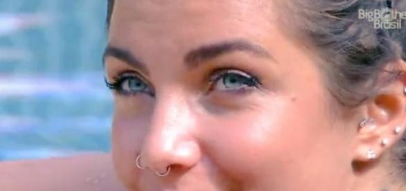 Morena de olhos azuis chega causando no BBB17