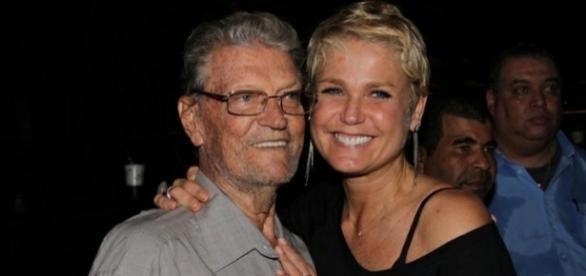 Xuxa com seu pai, Luiz Floriano, que está em coma (Foto: Reprodução)