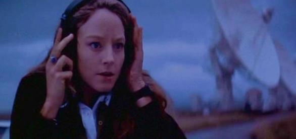 Cena do filme Contato, de 1997. Nele, cientista ouve sinais de rádio provenientes de transmissões alienígenas. Reprodução: Vimeo.