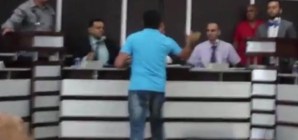 Na imagem é possível ver o momento em que o homem se direciona até o político e lhe dá um golpe no rosto. A sessão foi encerrada depois da confusão.