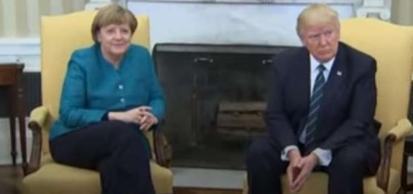 Angela Merkel și Donald Trump în timpul întâlnirii de la Casa Albă când Trump a refuzat să dea mâna cu Cancelarul German - Foto: captură YouTube