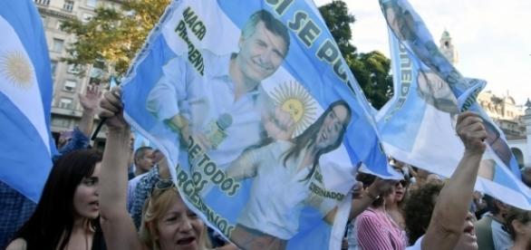 Banderas y carteles en apoyo a Mauricio Macri