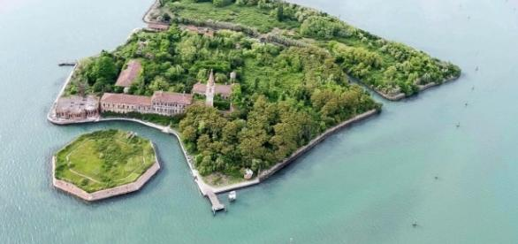 Kein Mensch traut sich die Insel zu besuchen.160.000 Tote sollen auf diese Insel umgekommen sein.