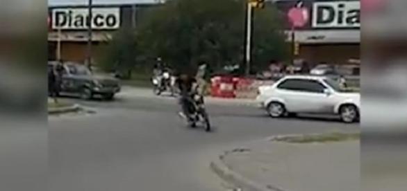 Ladrão rouba moto mas é atingido por pedra que derruba ele em vídeo incrível.