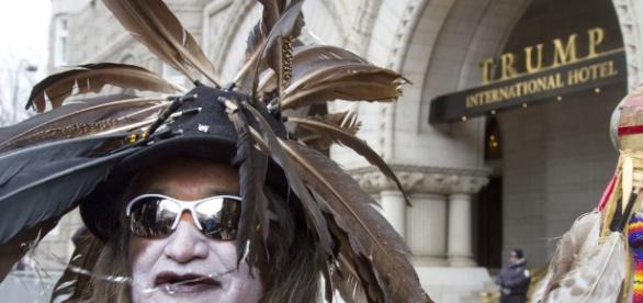 Manifestante em frente a um hotel de propriedade do presidente Donald Trump, que apoia a construção do oleoduto Dakota Access. (Foto: Kamaria Roberts)