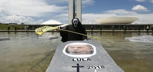 Manifestantes entram no espelho d'água do Congresso com o suposto caixão de Lula