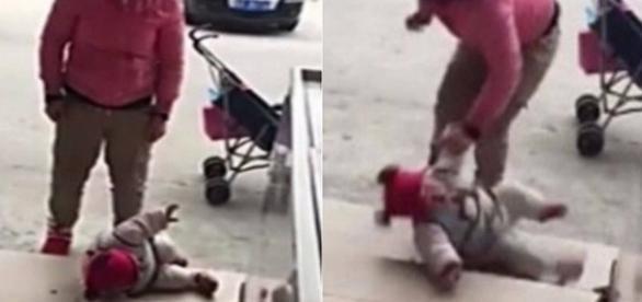 A mulher chega a dar ponta pé na criança já caída.