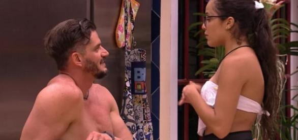 Casal não agrada à mãe de Marcos que diz que filho deve se afastar de Emilly.
