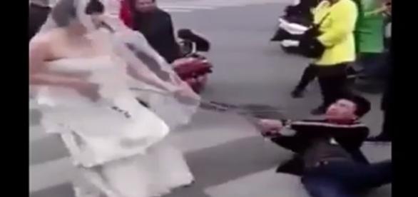 Mulher desesperada acorrenta marido e leva homem até o altar.
