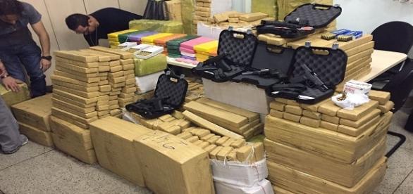 Operação policial apreende 300 kg de drogas, 4 pistolas e um revólver.
