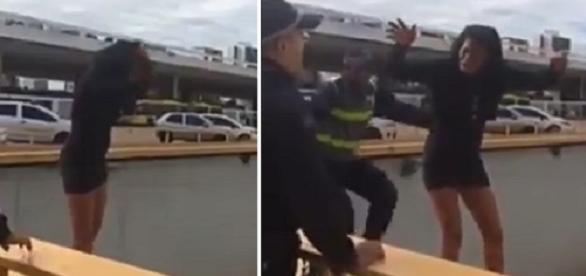 Um policial distrai a vítima enquanto outro a agarra por trás