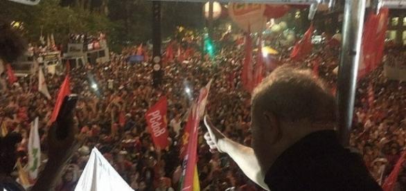 A manifestação organizada pela CUT e sindicatos teve participação do ex-presidente Lula