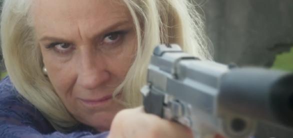 Magnólia consegue fugir da prisão e sequestra Helô (Foto: Reprodução/TV Globo)