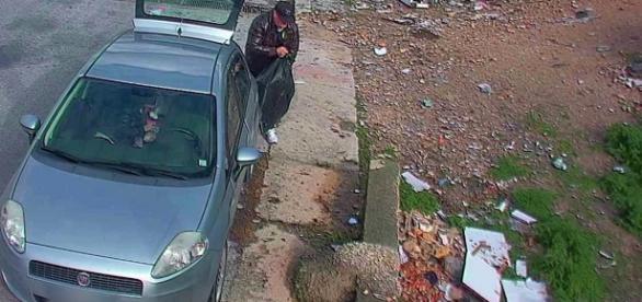 Ragusa, ripresi a gettare rifiuti per strada: il video finisce su YouTube