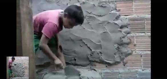Vídeo com criança trabalhando de pedreito gera revolta e elogios em rede social.