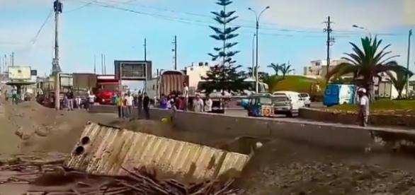 Orb saindo de uma inundação no Peru.