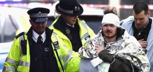 Ferido é socorrido após atentado próximo ao parlamento de Londres