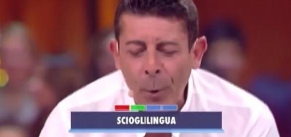 Luca Laurenti mentre legge le domande al concorrente