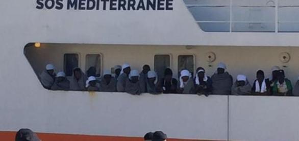 Migranti, una nave appartenente a una Ong intervenuta in soccorso nel Mediterraneo