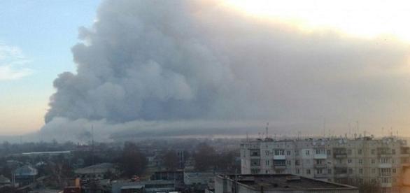 Na imagem a fumaça gerada pela explosão, o local precisou ser evacuado. (Reprodução/Twitter).