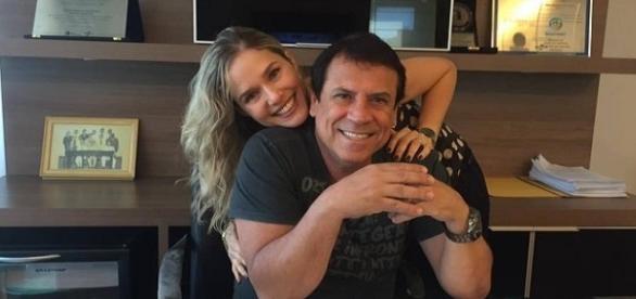 Na imagem o prefeito e sua mulher em seu gabinete.