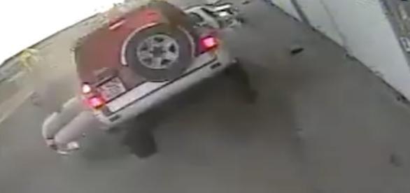 Câmeras de segurança registraram a colisão.
