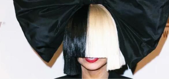 Cantora Sia tira a peruca - Imagem/Google