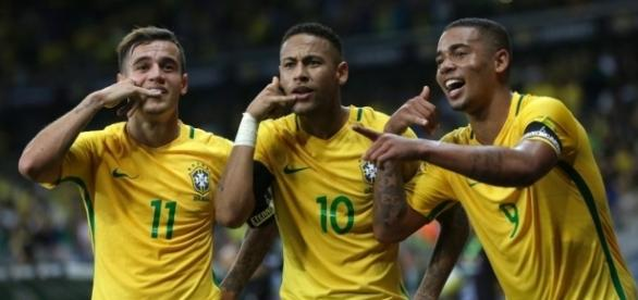 Neymar avec ces coéquipiers après un but du Brésil