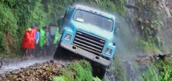"""Queda de veículos é comum na """"Estrada da Morte"""""""