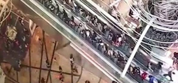 Acidente com escada rolante deixa vários feridos.