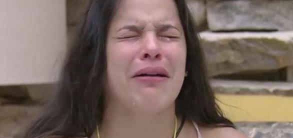Emilly fica triste depois de discutir com Marcos.