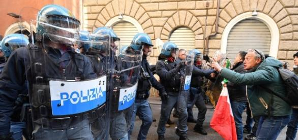 Italy cabbies clash with riot police during strike over Uber | News OK - newsok.com