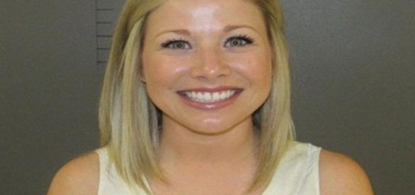 Professora é presa após manter relações sexuais com um aluno de 17 anos.