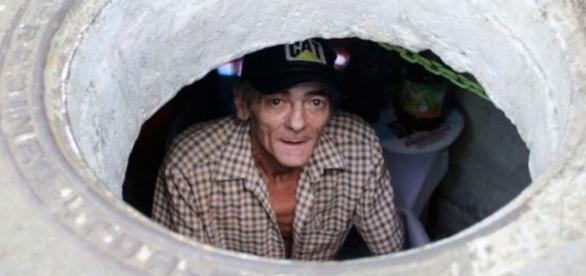 Casal vive em esgoto já faz 22 anos. Veja como é a casa deles