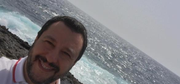 Lampedusa, Salvini acquista cannoli e contesta l'Ue