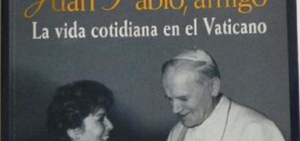 Paloma Gómez Borrero y el Papa Juan Pablo II en uno de los libros de ella sobre el Vaticano y su amistad con el Pontífice polaco.
