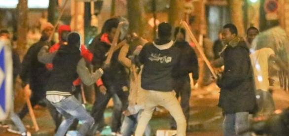 Confronto entre gangues de muçulmanos em Paris, em novembro de 2016. Esse tipo de ocorrência tem sido comum na Europa