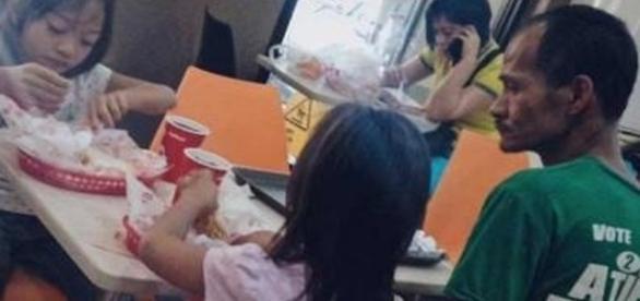 Ele deixou de comer para alimentar suas filhas