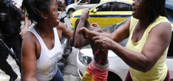 Mãe bate em filho após descobrir que ele é traficante