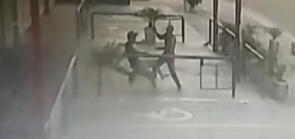 Nas imagens é possível ver o momento em que o criminoso dá várias facadas em jovem dentro de um mercado. (Reprodução/Polícia Civil/Arquivo Pessoal).