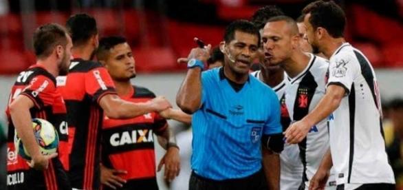 O Árbitro Luis Antonio Silva dos Santos pagou caro por errar feio ao marcar um pênalti erroneamente - Foto: Coluna do Flamengo
