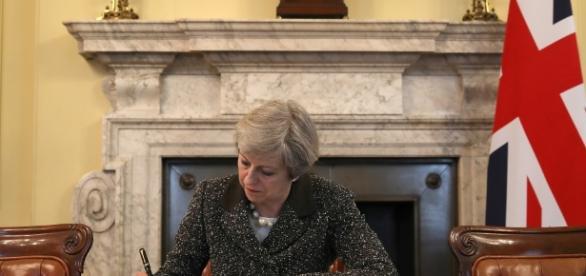 Theresa May ha firmato l'atto definitivo