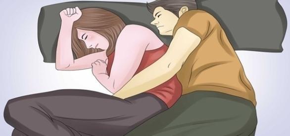 Veja quais são os prós e contras sobre 'dormir de conchinha'