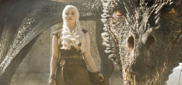 Emilia Clarke (Daenerys) si dragonul sau Sursa: http://www.digitalspy.com/