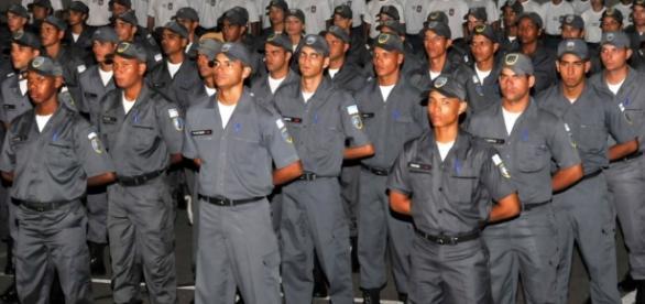 Foto de policiais militares, enfileirados