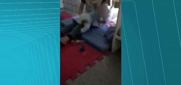 Mulher que aparece em vídeo agredindo bebê foi presa.